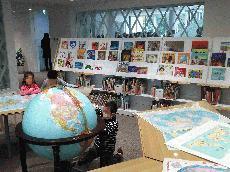 世界の絵本と地図のコーナー.jpg
